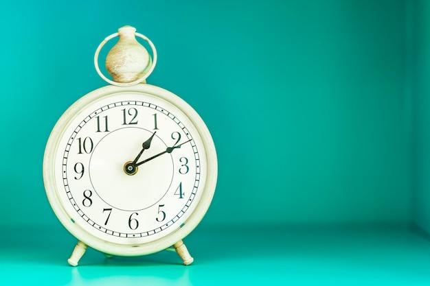 Relógio vintage na parede verde