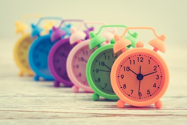 Relógios coloridos na fileira