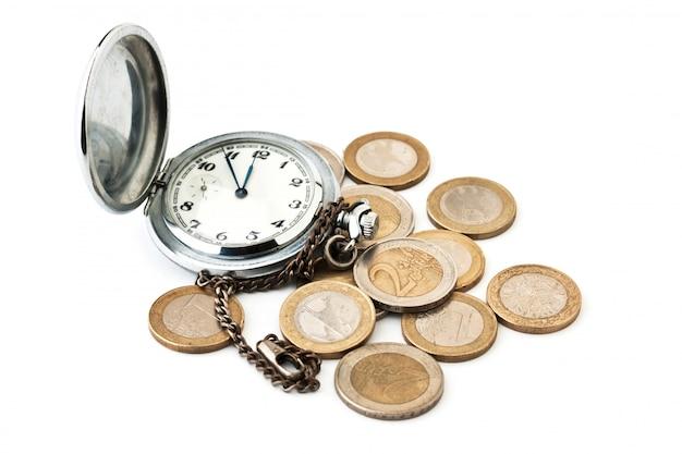 Relógios de bolso e moedas isoladas