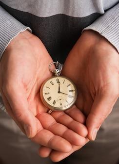 Relógios de bolso nas mãos
