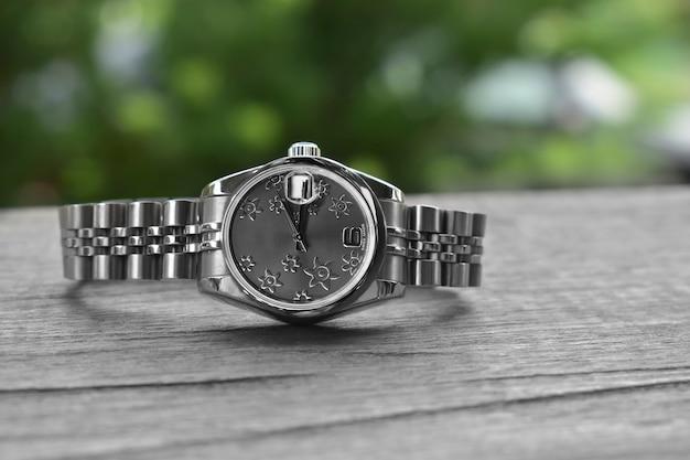 Relógios de luxo colocados em um piso de vidro brilhante