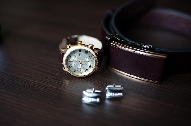 Relógios e abotoaduras masculinas