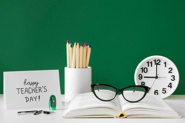 Relógios e acessórios escolares para o dia do professor feliz