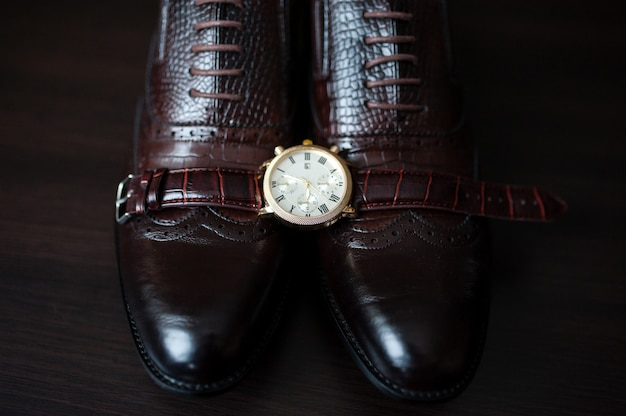 Relógios e sapatos masculinos