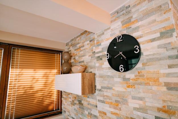Relógios na parede do apartamento