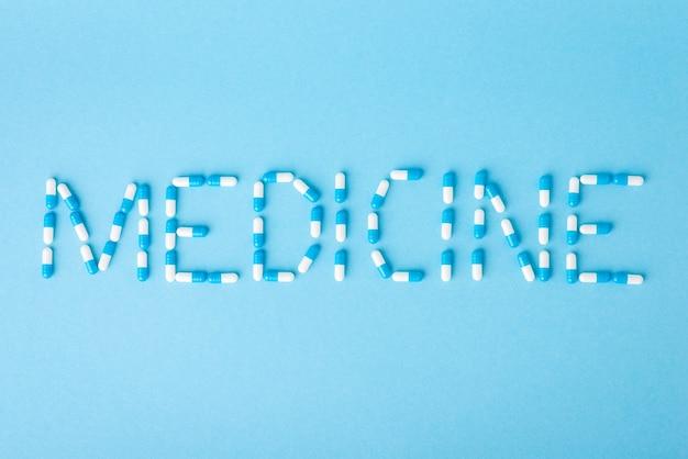 Remédio de inscrição feito de cápsulas em fundo azul