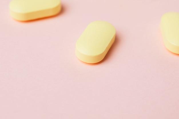 Remédio e pílulas em um fundo rosa