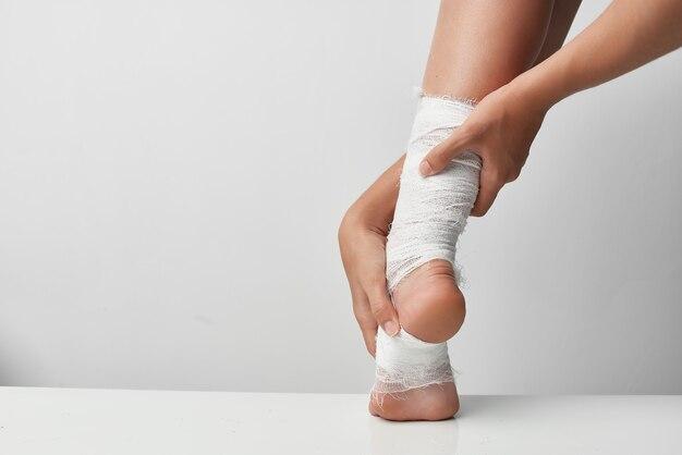 Remédio para estilo de vida com curativo na perna ferida