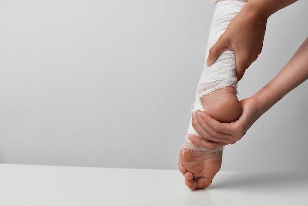 Remédio para ferimentos, problemas de saúde nas pernas enfaixadas Foto Premium