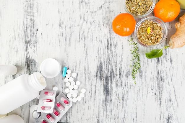 Remédios alternativos e pílulas tradicionais para tratar resfriados e gripes.