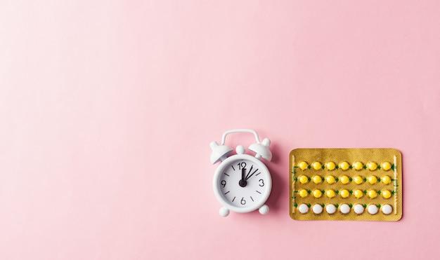 Remédios anticoncepcionais, despertador e pílulas anticoncepcionais