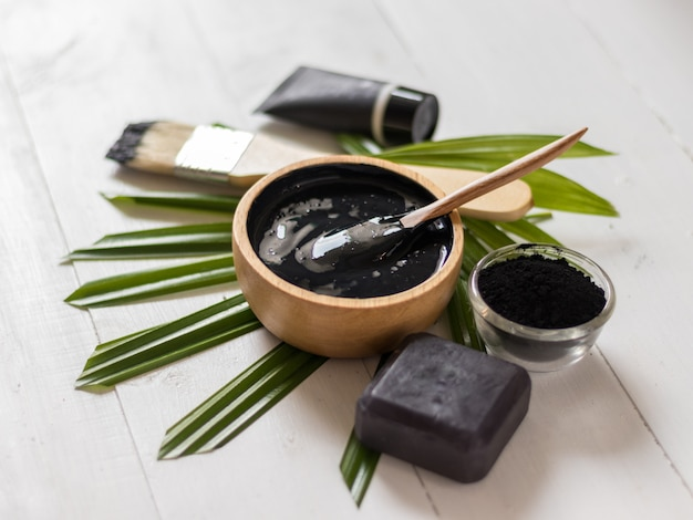 Remédios caseiros para a pele e cuidados faciais, carvão ativado preto e máscara de iogurte