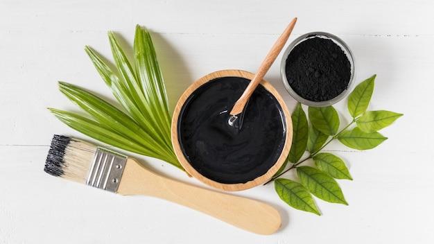 Remédios caseiros para a pele e cuidados faciais, carvão preto ativado e máscara de iogurte, produto cosmético