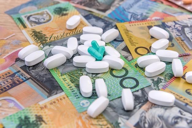 Remédios e custos de saúde com notas de dólar australiano