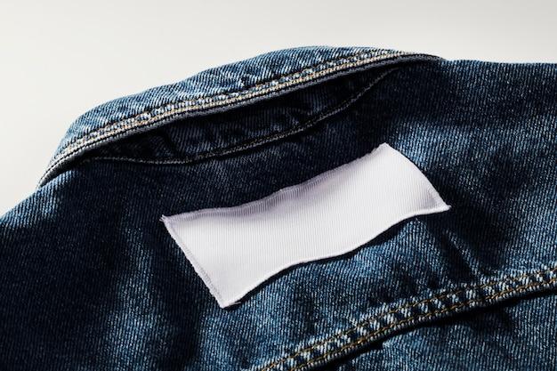 Remendo branco vazio em close-up de jaqueta jeans