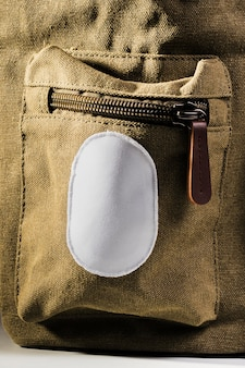 Remendo branco vazio na mochila marrom