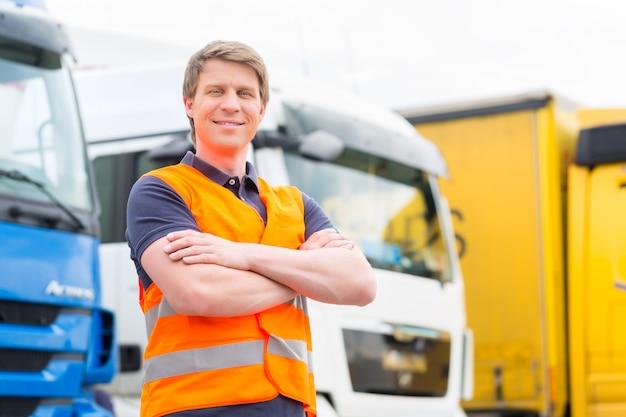 Remetente ou motorista na frente de caminhões no depósito