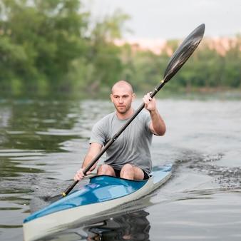 Remo conceito com homem em canoa