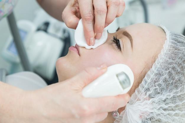 Remoção de rugas no rosto e pescoço com massagem.