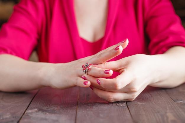 Remoção do anel de noivado do dedo