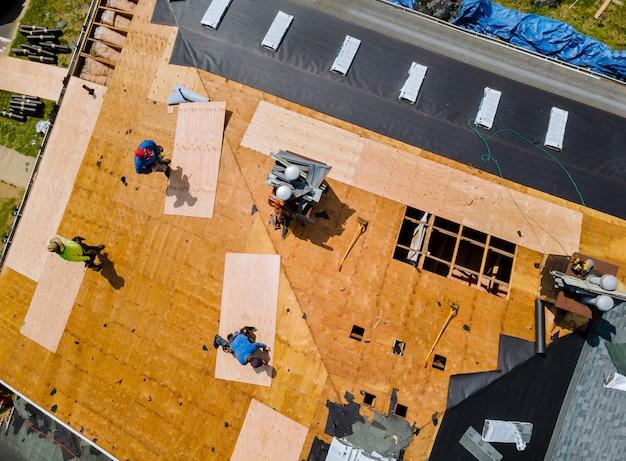 Remoção do telhado antigo com novas telhas de um prédio de apartamentos
