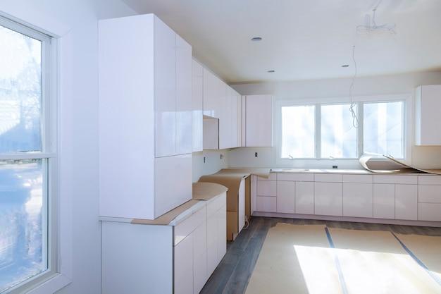 Remodelação de cozinha móveis de cozinha bonitos a gaveta no armário.