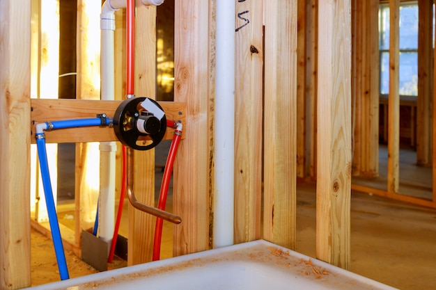Remodelação do banheiro mostrando sob o trabalho de encanamento que liga a instalação do chuveiro torneira