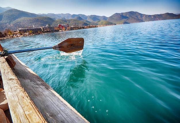 Remos na água do mar