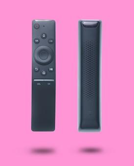 Remoto moderno da tevê isolado no rosa. jogo de dois escorços diferentes.
