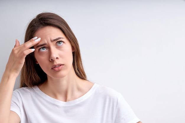 Remova espinhas de acne ou manchas no rosto de mulher de beleza olhando para acne ou espinhas de pústulas ...