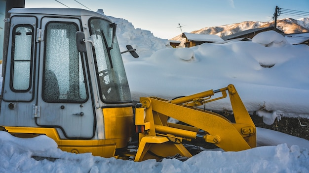 Removendo a neve com caminhão de arado