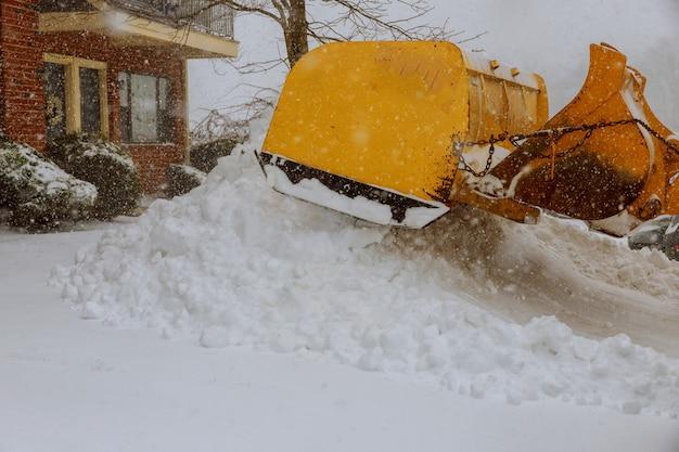 Removendo a neve de uma estrada no inverno