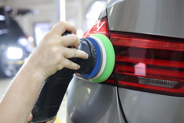 Removendo arranhões do farol traseiro do carro com polimento e restauração do farol do moedor