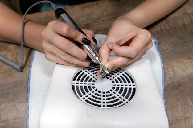Removendo esmalte de gel em casa, manicure de ferragem