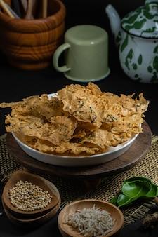Rempeyek ou peyek ikan teri, um bolacha indonésio saboroso e frito, um biscoito japonês
