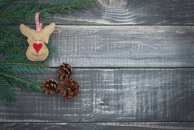 Rena de natal em pranchas de madeira
