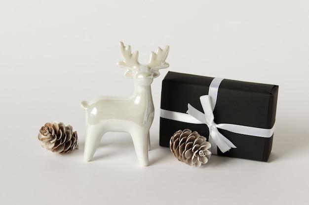 Rena de porcelana branca com um presente