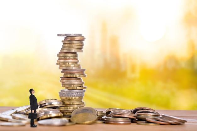 Renda passiva, empresário sentado para esperar o fluxo de dinheiro para sua conta.
