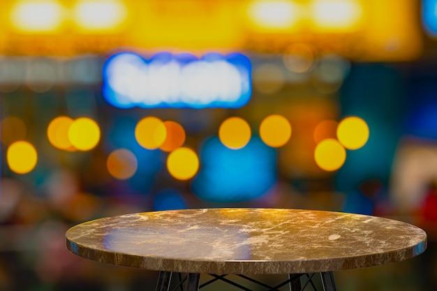 Renderização 3d, mesa de mármore vazia para a exibição de produtos em frente ao restaurante, bar ou boate, espaço vazio para festa, promoção banners de mídia social, cartazes