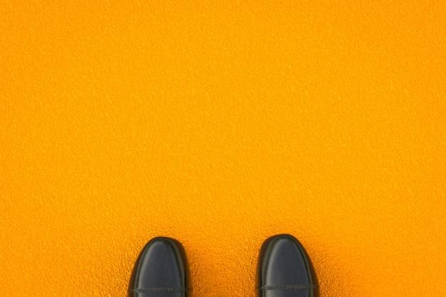 Renderização 3d sapatos de couro preto em fundo amarelo