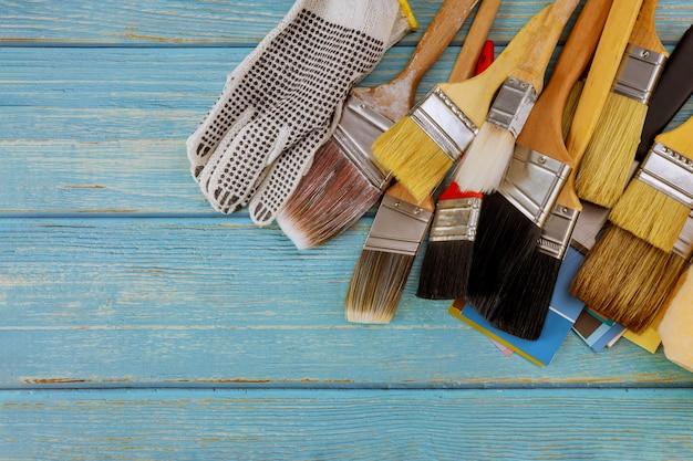 Renovação da mesa de trabalho várias ferramentas de pintura com paleta de cores, pincel de tamanho diferente