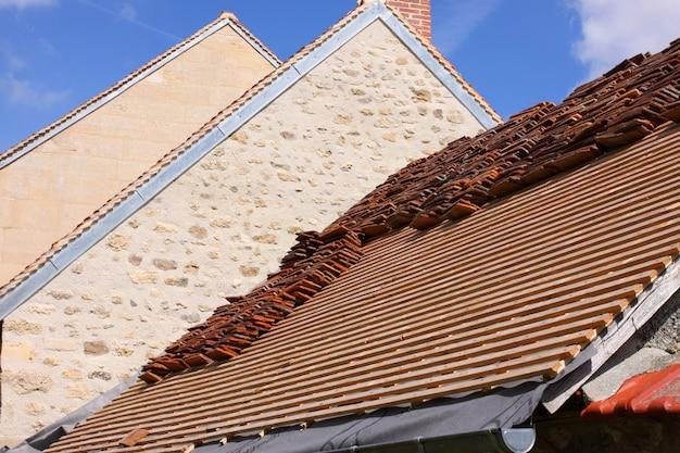 Renovação de um telhado de azulejos de uma casa velha