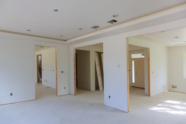 Renovação do interior de uma casa em construção.