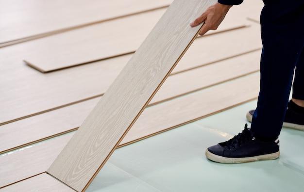 Renovação interna com piso de madeira