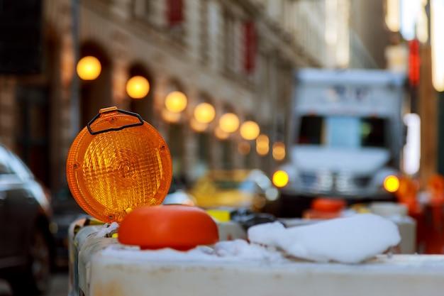 Repairtown amarelo da luz de advertência midtown manhattan.