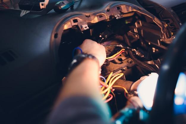 Repara o sistema de segurança do carro chaveiro. instalação no carro