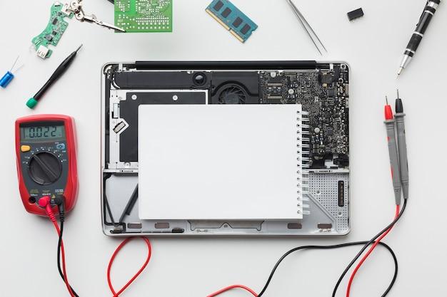 Reparação da vista superior de um laptop
