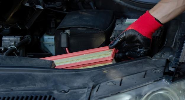 Reparação de automóveis, mudança do filtro de ar de papel. foco seletivo