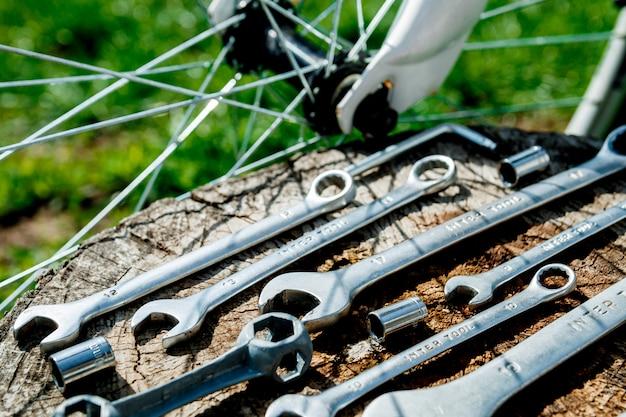 Reparação de bicicletas. ferramentas, instrumento para consertar bicicleta