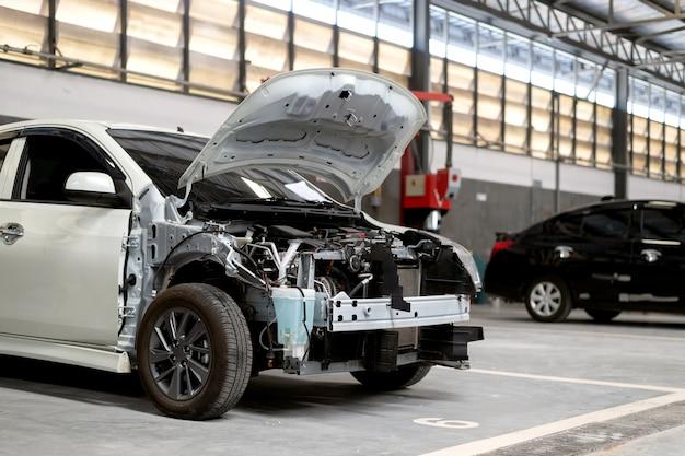 Reparação de carro closeup na estação de serviço de garagem